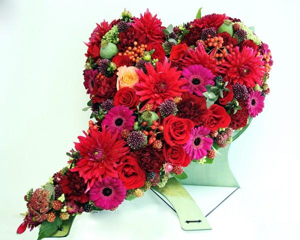 Composition florale en forme de coeur_couronne rouge_ obsèque_Bouvard Fleurs