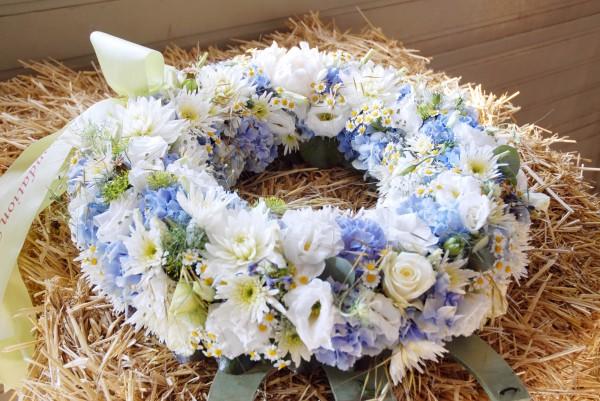 Composition florale obsèques_couronne blanche_Bouvard Fleurs